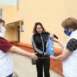 Луховицкие волонтеры раздали многодетным семьям наборы со средствами защиты от вирусов