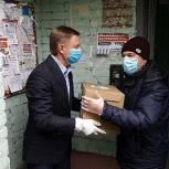 Депутат Мособлдумы Владимир Жук продолжает вручение продуктовых наборов жителям Дзержинского