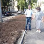 По просьбе общественников подрядчик устранит дефекты асфальтового покрытия на обновленном тротуаре