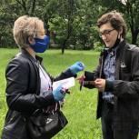 Активисты местного отделения Партии «Единая Россия» города Черноголовка вручили трёхцветные ленты прохожим