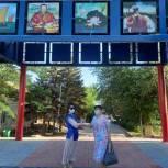 Ленты в цветах российского триколора раздают в Элисте и в других районах республики