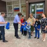 Максим Афанасьев вручил ноутбук многодетной семье в рамках акции «Помоги учиться дома»
