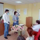 Медицинские работники принимают поздравления от лидеров праймериз