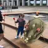 Активисты Западного округа возложили цветы к памятникам и мемориалам Великой Отечественной войны
