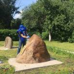 Одинцовские партийцы помогли благоустроить памятник ликвидаторам ЧАЭС