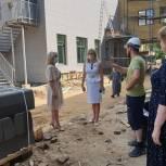 Единороссы проконтролировали возведение пристройки к королёвской гимназии