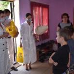 Координатор партпроекта поздравила многодетную семью из Маркса с Днем семьи, любви и верности