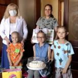 Юлия Ермакова передала многодетной семье из Энгельса подарки и школьные принадлежности