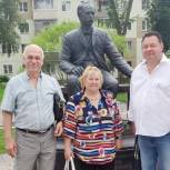 Ивантеевские депутаты-единороссы возложили цветы к памятнику Владимиру Лыжину