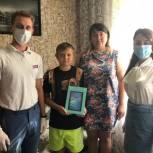 «Помоги учиться дома»: Школьнику из Балаково передали планшет для дистанционного обучения