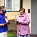 Солнечногорские единороссы и сторонники Партии продолжают раздавать маски для льготников