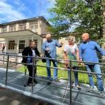 Единороссы Балашихи проинспектировали установку пандуса в микрорайоне Заря