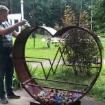 В Дмитрове куратор проекта «Чистая страна» Денис Успехов сдал пластиковые крышки