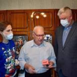Тарас Ефимов передал фронтовику из Железнодорожного мобильный телефон с безлимитной сим-картой