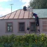 В Кораблинском районе покрасили крышу дома участника Великой Отечественной войны