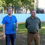 Луховицкие партийные активисты проверили состояние детской площадки и хоккейной коробки