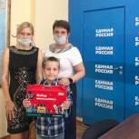 Партийцы помогают нуждающимся семьям подготовить детей к школе