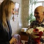 Линара Самединова в Павловском Посаде вручила мобильный телефон фронтовику