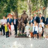 Скульптуру «Сказочник Петр Ершов и дети» установили у Тюменского театра кукол