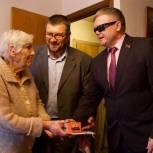 Владимир Вшивцев вручил рузским ветеранам мобильные средства связи