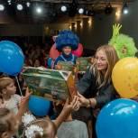 Линара Самединова вручила подарки первоклассникам из многодетных семей