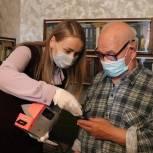 Линара Самединова вручила мобильный телефон фронтовику Георгию Карагодину