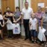 Дмитрий Афоничев вручил наборы канцтоваров детям из нуждающихся семей