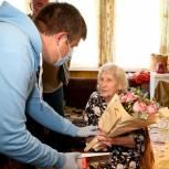 Лидер МГЕР Подмосковья Александр Толмачев поздравил участницу войны Раису Алешину и подарил ей сотовый телефон