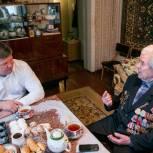 Коломенские единороссы вручили мобильный телефон участнику войны