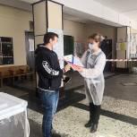 Молодым людям на выборах вручали памятные дипломы