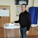 Евгений Коняев пришел на избирательный участок с семьей