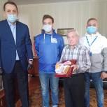 Депутаты вручили мобильные телефоны участникам войны из Королёва