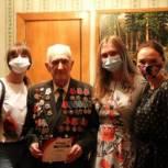 Саратовские ветераны получают мобильные телефоны с безлимитной связью