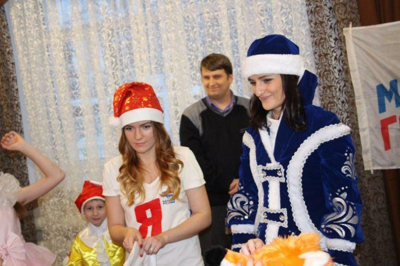 Партийцы и молодогвардейцы Нижнего Тагила провели новогоднюю елку для своих подопечных (28.12.2015)