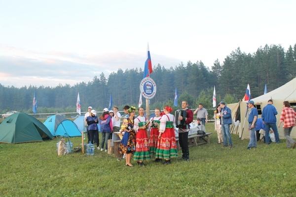 Партийный лагерь был одним из самых многочисленных на поляне