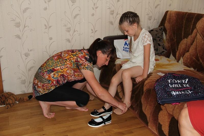 Кубанские единороссы в рамках акции «Собери ребенка в школу» посетили три семьи в Прикубанском районе Краснодара