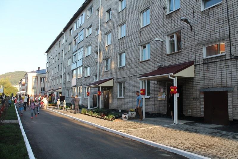Торжественное открытие двора дома по проспекту Коммунистическому, №8