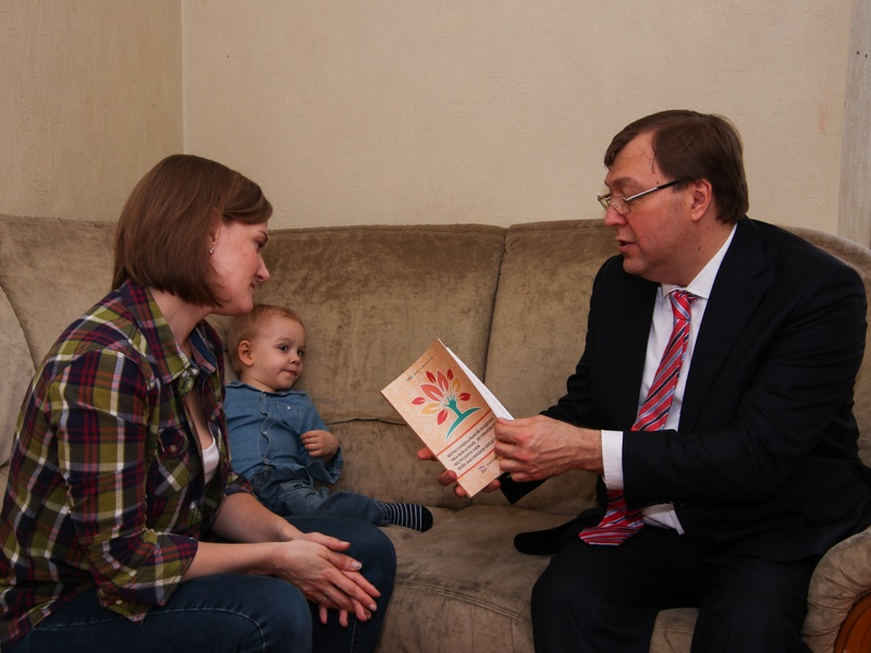 Александр Ищенко передал ростовской семье с «особенным» ребенком инвалидную кресло-коляску