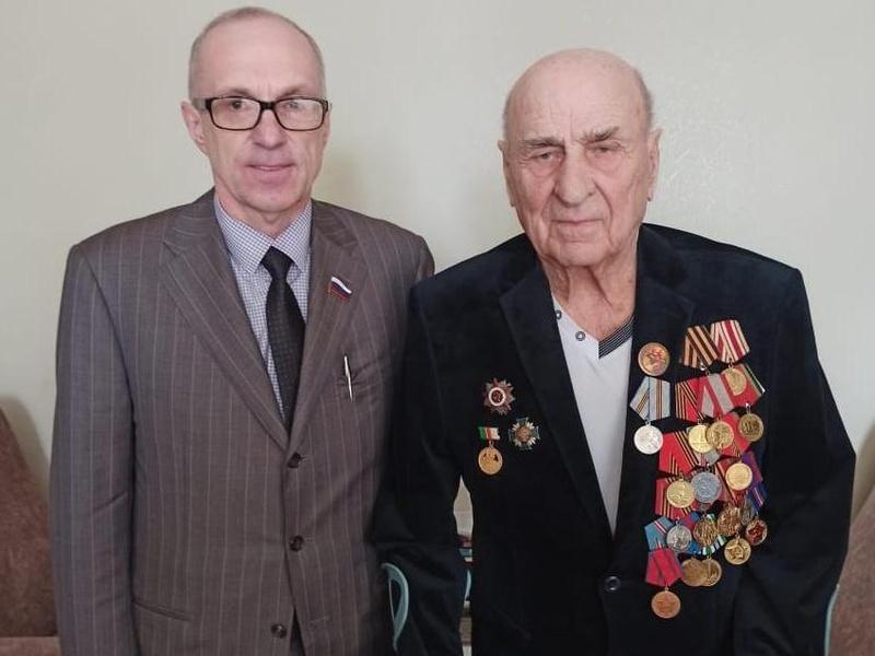 Олег Шутеев поздравляет Коваленко Александра Андреевича