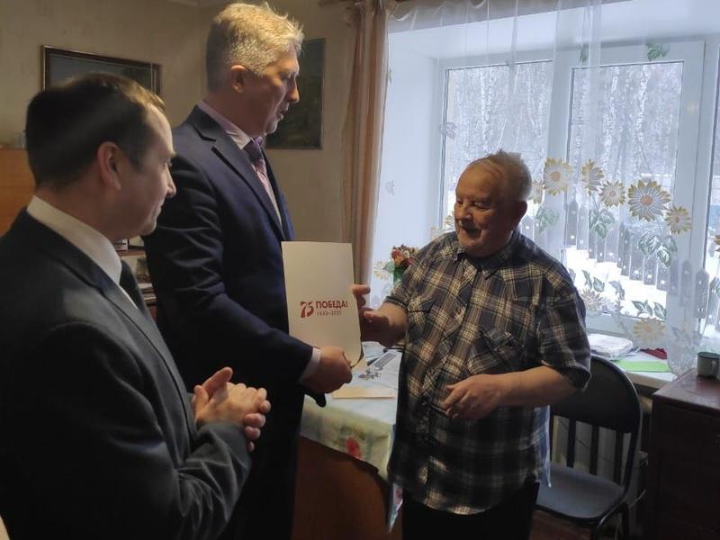 Александр Малолетко поздравляет Дворецкого Григория Андреевича