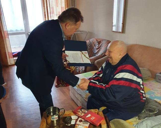 Олег Правдин поздравил ветерана