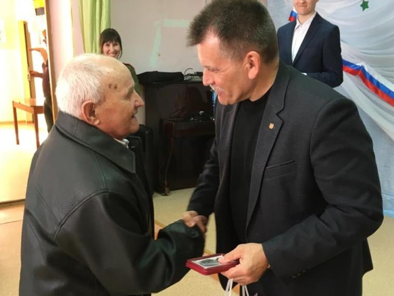Николай Данильчук поздравил труженика тыла Василия Ивановича Гусева.