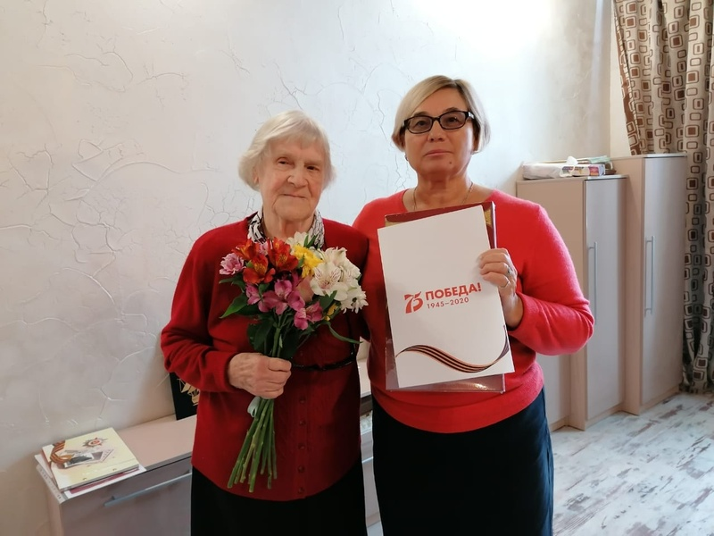 Анну Михайловну Сурикову поздравила Наталья Богданова