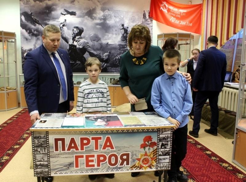 Информация об Алексее Ледкове размещена на парте, носящей теперь его имя