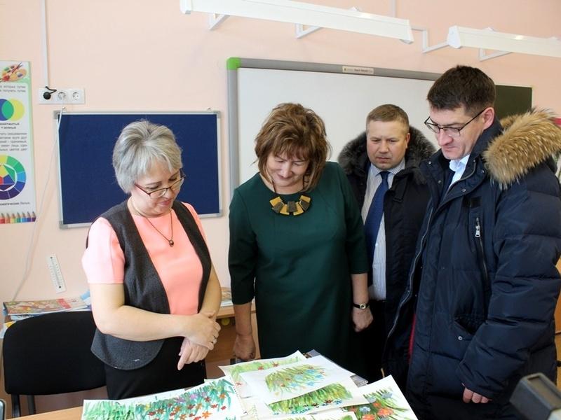 Гостям рассказали об учебном процессе в школе Красного, познакомили их с учителями