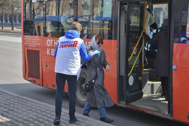 """Волонтеры """"Единой России"""" раздали маски и антисептики на общественных остановках в Хабаровске"""