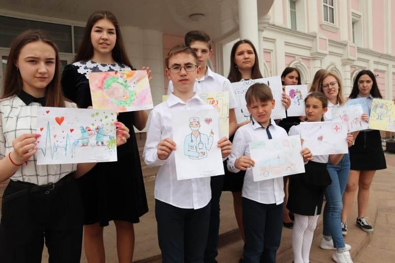 Сторонники партии передали детские рисунки сотрудникам скорой помощи