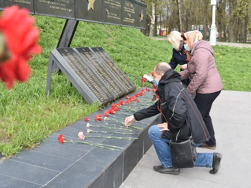Сотрудники регионального исполкома партии возложили цветы у Вечного огня и монумента Победы