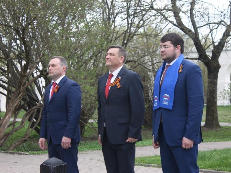 Городские партийцы возложили цветы от имени ветеранов