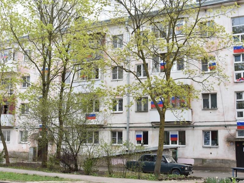 Акция «Флаги России» массово прошла в Великом Новгороде, оформление домов